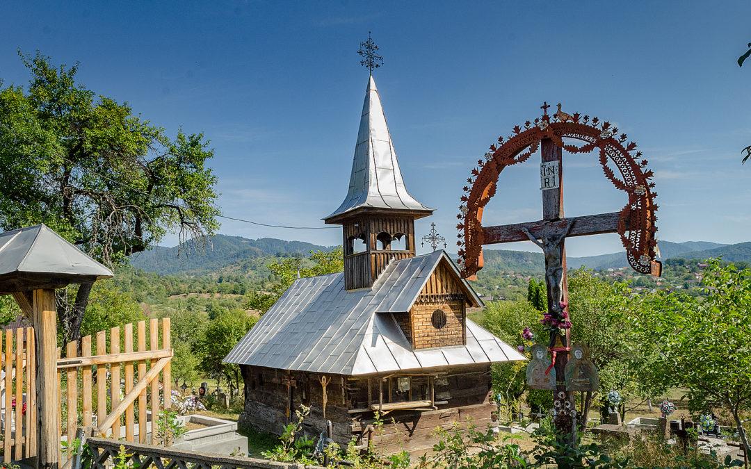 """Biserica de lemn """"Sfinții Arhangheli Mihail și Gavril"""" din Şurdeşti – """"Pe Corni"""""""